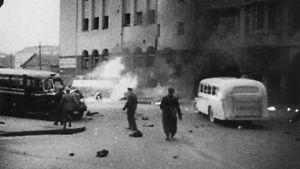 Pommituksen jäkiä Helsingissä, linja-auto palaa kadulla