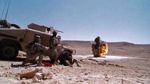 Pomminpurkajat suojautuvat Humveen taakse miinan räjähtäessä