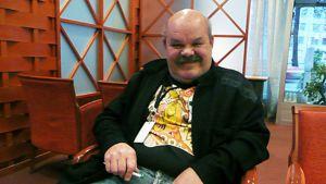 Taiteilija Jaakko Teppo hymyilee.