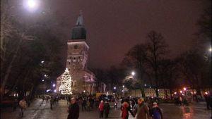 Joulumarkkinat alkoivat syksyisessä säässä.