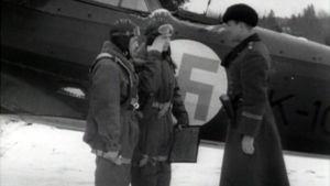 Lentokoneen miehistö tervehtii upseeria ennen lentoa.