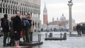 Tulvavesi on vallannut Pyhän Markuksen torin Venetsiassa Italiassa