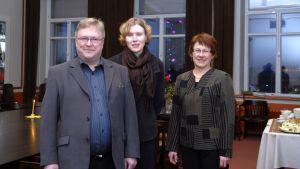 Kyläkauppiaat Markku Kauhanen ja Tiina Rossi sekä farmaseutti Mirja Hyvärinen.
