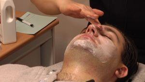 Hoidon loppuvaiheessa kasvoille levitetään naamio.