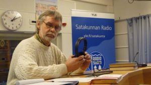 Rauman Mieslaulajien jäsen Matti Pursiheimo Satakunnan Radion studiossa.
