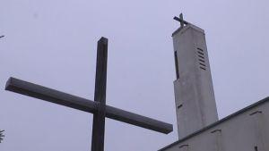 Nakkilan kirkon risti ja torni.