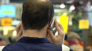 Mies puhuu matkapuhelimeen.