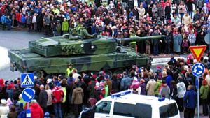 Valtakunnallista paraatia seurasi Riihimäellä itsenäisyyspäivänä tuhatmäärin ihmisiä.