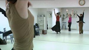 Tanssijoita harjoittelee peilin edessä.