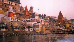 Näkymä Varanasissa Gangesin rannalla.
