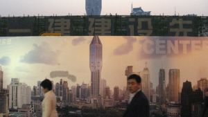 Ihmisiä Shanghain tulevaisuuden kaupunkiprofiilia esittävän mainoksen edessä.