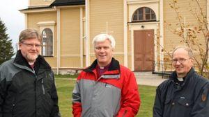 Koskenlaskuun Munionjoelle ovat lähdössä piispa Samuel Salmen lisäksi Luulajan hiippakunnan piispa Hans Stiglund (kesk.) ja Muonion kirkkoherra Raimo Kittilä.
