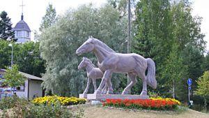Ypäjä tunnetaan hevosistaan. Hevospatsas Ypäjän keskustassa