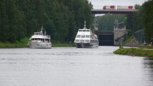 Risteilyliikenne kasvattaa Saimaan kanavan liikennemääriä erityisesti kesäisin. Kuutostie puolestaan on maantieliikenteen keskeinen väylä Etelä-Karjalassa.