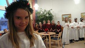 Mira Haapasaari kantoi esiintymisessä Lucia -kruunua.