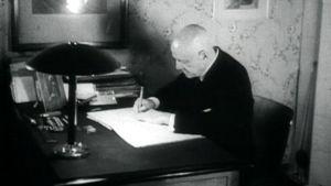 Jean Sibelius työpöytänsä ääressä Ainolassa vuonna 1945.