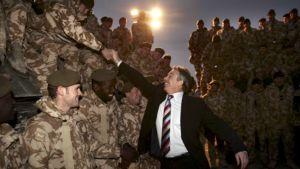 Tony Blair kättelee brittisotilaita Irakissa.