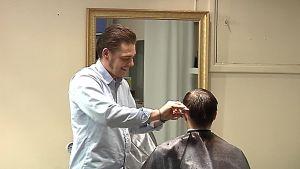 Joni Pekkala leikkaa hiuksia.