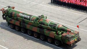Pohjoiskorealainen ohjus siirtoajoneuvoineen Kim Il-sungin syntymän 100-vuotissotilasparaatissa.