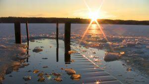 Laituri auringonlasku jää