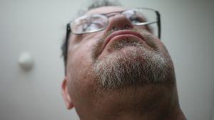 Mies esittelee muotoiltua partaa.