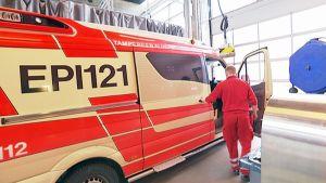 Ambulanssi lähdössä keikalle