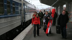 Venäläisiä matkailijoita nousee Kouvolan asemalla junasta.
