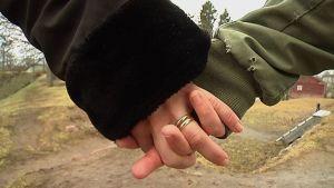 Aviopari käsi kädessä.