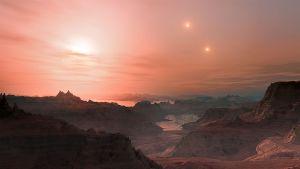 Taiteilijan näkemys auringonlaskusta maata muistuttavalla Gliese 667 Cc -planeetalla. Lähinnä planeettaa oleva tähti on Gliese 667 C ja kaksi sen oikealla puolella olevaa tähteä Gliese 667 A ja Gliese 667 B.