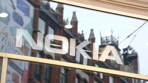 Nokian logo myymälän ikkunassa.