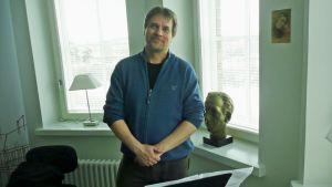 John Storgårds työhuoneessaan ikkunan äärellä