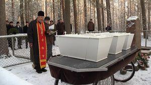 Pappi siunaa arkkuja