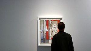 Mies katsoo Picasson teosta Ateneumissa.