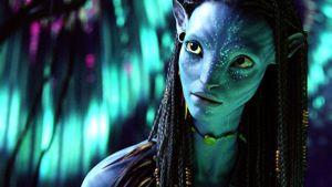 Päällikön tytär Neytiri (Zoe Saldana) ottaa Jaken avatarin siipensä alle.