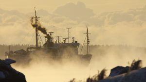 Laiva kulkee jäissä Kotkan edustalla, merisavua ilmassa