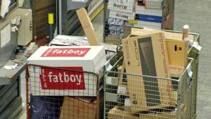 Postipaketteja kuljetusräkissä.