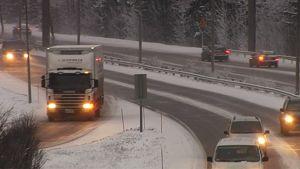 Autoja liikenteessä lunta pientareilla.