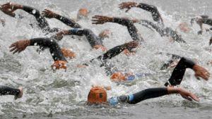 Triathlonkilpailijat uivat.
