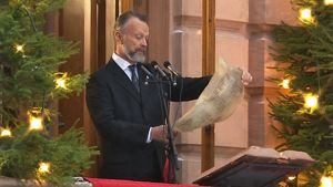 Kansliapäällikkö Jouko K. Lehmusto julisti joulurauhan Brinkkalan talon parvekkeelta Turun Vanhalta Suurtorilta.