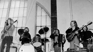 Irwin yhtyeineen esiintyi Tampereen kauppahallissa vuonna 1972.