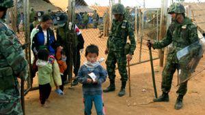 Hmong-heimon jäseniä lähdössä pakolaisleirilta sotilaiden valvonnassa.