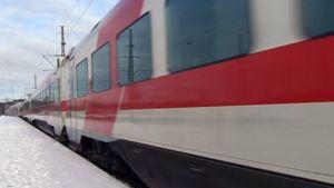 Juna talvisella asemalaiturilla.