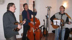 Sirkus-yhtye soittaa Hämeen linnassa. Mandoliinissa Heikki Kangasniemi, bassossa Keijo Keinonen ja kitarassa Petri Keinonen.