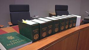 Lakikirjoja oikeussalin pöydällä.