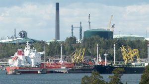 Laivoja Sköldvikin jalostamon laiturissa.