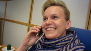 projektityöntekijä Tiina Hast puhuu puhelimeen