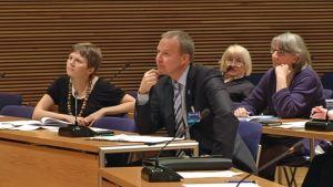 Ihmisoikeusvaltuuskunnan osallistujia, keskellä Kuurojen liiton toiminnanjohtaja Markku Jokinen.
