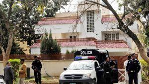 Turvallisuusviranomaiset vartioivat taloa, jossa Bin Ladenin perhettä pidettiin Islamabadissa 17. maaliskuuta 2012.
