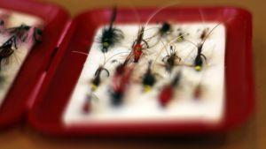 Kalastusperhoja punaisessa perholaatikossa