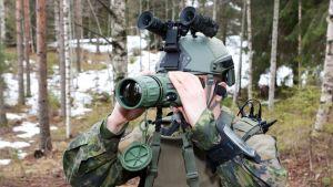 Kuvassa korpisoturi tähystää vihollista Phantom IRXR -lämpötähystimellä, kypärän päällä valmiina taistelijan VV Lite Dual -stereopimeänäkölasit.